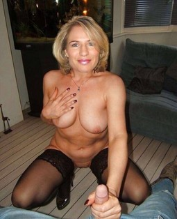 Great milf flash of a stunning pussy
