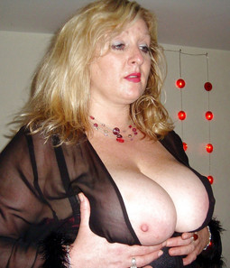 Plump mature loves her boobs