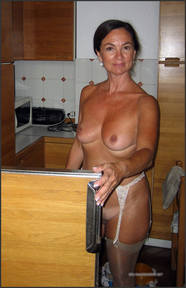 Cleaning in the nude pics — photo 5